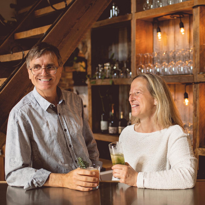 Vallier et Nathalie avec un cocktail