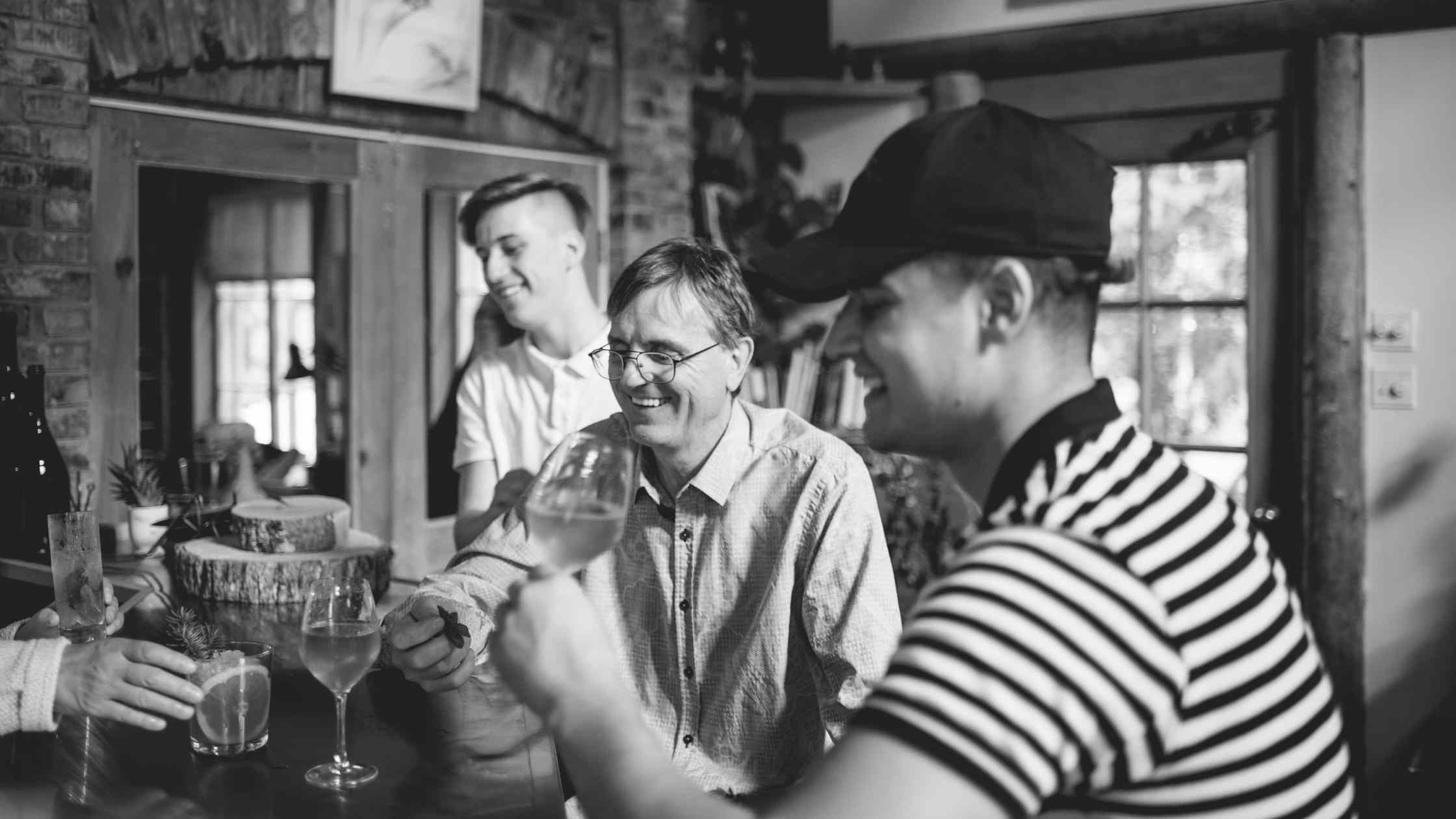Vallier magnifie le moment avec sa famille en dégustant un verre de Charles-Aimé Robert, un vin doux de sève d'érable, au Témiscouata. | Domaine Acer